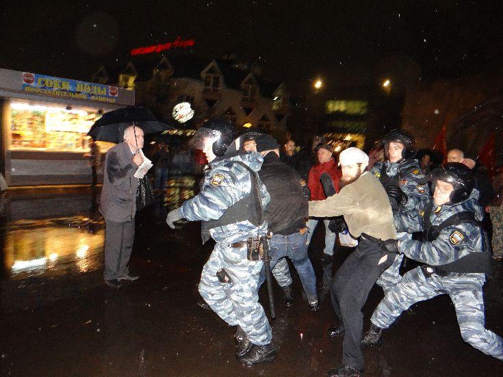 Задержание активиста РОТ-ФРОНТа Павла Бахвалова (С) Фото Сергея Евсегнеева