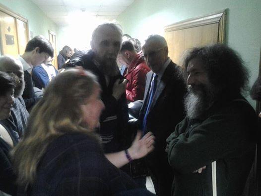 Ирина Левонтина и Виктор Васильев приветствуют друг друга. Пришел Сергей Пархоменко