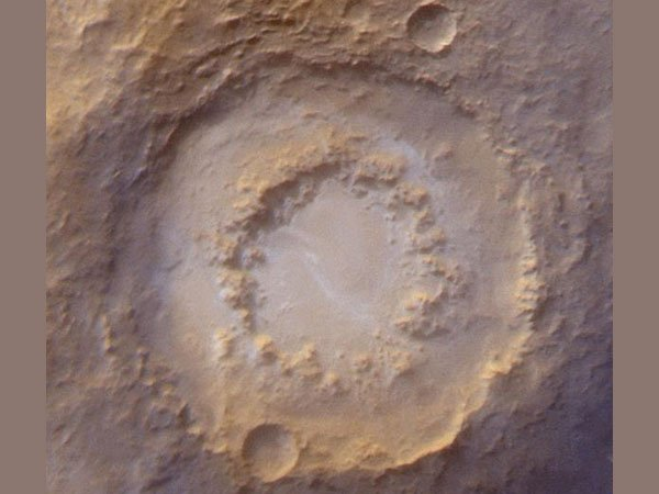 Кратер, названный в честь Персиваля Лоуэлла, диаметром 203 км